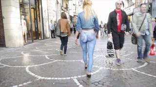 ジーンズのボディペインティングで街を颯爽と歩く美女
