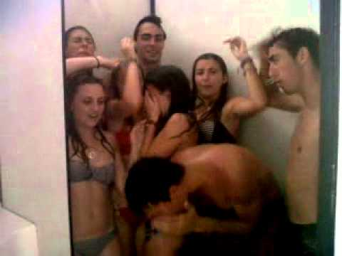 Douche collective aux sanitaires - YouTube