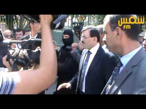 image vidéo وزير الداخلية علي العريض يتدخل بنفسه لتأمين السفارة الفرنسية