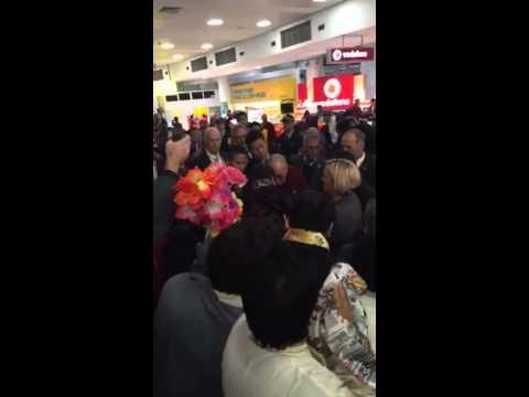 Crowds swarm around Dalai Lama at Sydney Airport