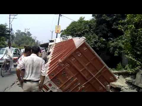 saharanpur truck live gusna sadak me(court road).mp4