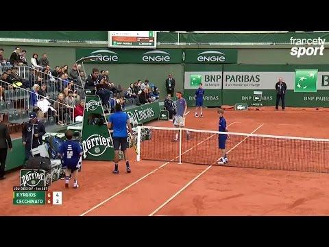 Kyrgios se chauffe avec le public et l'arbitre (6-6, 4-2)
