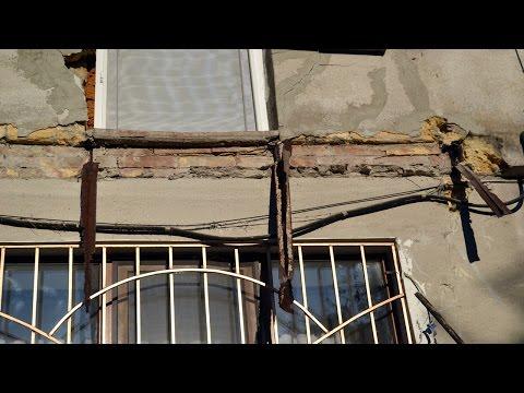 В одессе рухнул балкон памятника архитектуры, задев автомоби.