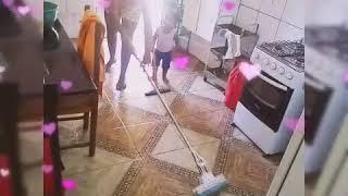 Coisas de Mãe de Menina em.. Eloá Valentina ajudando a mamãe a limpar a casa😂😂😂👏👏👏👏