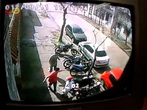 Villa diamante lanus oeste cacos robando una moto for Villa jardin lanus oeste