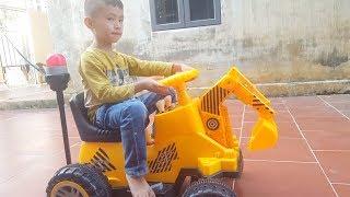 Bé Tú lái máy cẩu khổng lồ ♥ Video máy cẩu máy xúc hay nhất ♥ Đức Minh Toys