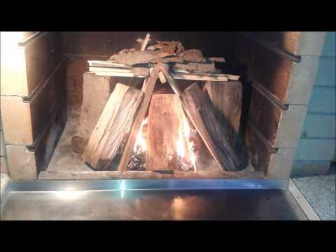 Ako rozložiť oheň z tvrdého dreva v záhradnom krbe