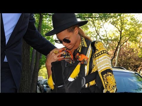 Beyonce Wears Blue Ivy Nameplate Necklace