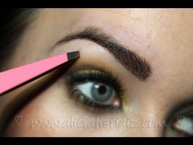 Cortar, depilar y maquillar. Tres pasos para tener unas cejas perfectas.