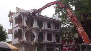 Công nghệ phá nhà bằng cần cẩu ở Việt Nam - Excavators demolished