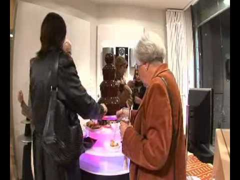 Inauguración de negocio con fuente de chocolate
