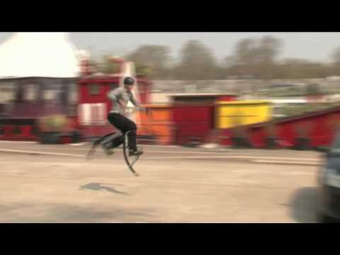 Poweriser skacze przez samochód