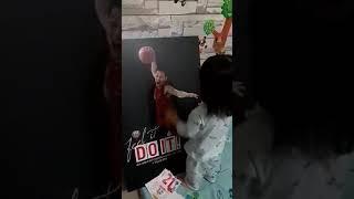 Bé Kem bên Poster ba Trung