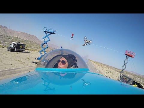 Un avión, una moto y un equilibrista en el increíble acto de acrobacia jamás visto