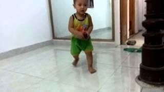 Bé Giang 2 tuổi chơi ô tô nhào lộn