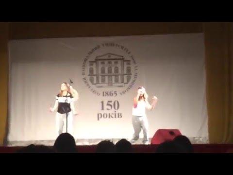 Девочки рвут сцену,танцуют круто
