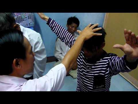 NGUOI CAM DIEC BAM SINH DUOC CHUA LANH (1).MOV