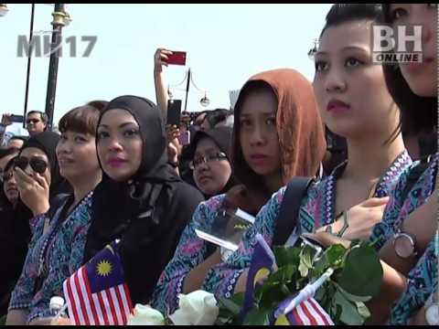 MH17 - Suasana pilu ketika jenazah dibawa keluar