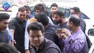 విజయ్ పవన్ ను మించిపోతున్నాడా || Taxiwala Team Hungama At Gokul Theater || Filmylooks