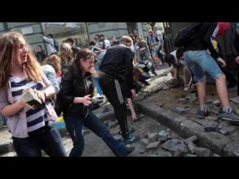 Ukraine crisis: Odessa detainees freed as police HQ attacked