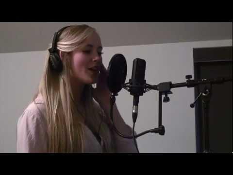 У Девушки просто божественный Голос !