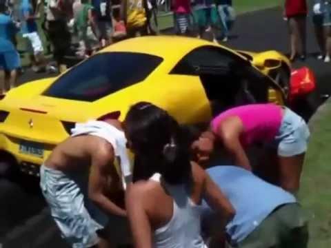 Ferrari 458 врезался в зрителей во время гонки