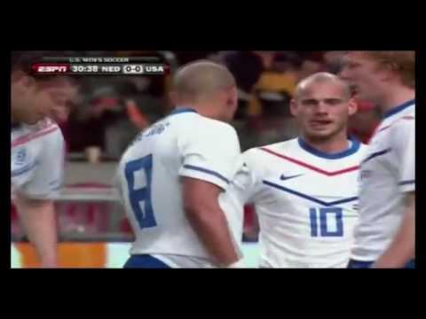 Nigel  De Jong blesseert Stuart Holden tijdens vriendschappelijke interland