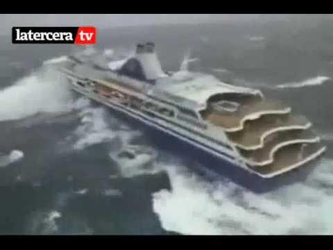 Impresionantes olas ponen en riesgo a un crucero