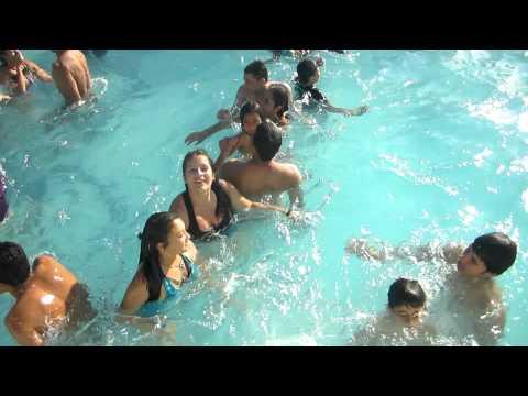 En la piscina de olas en purificación