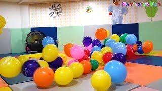 Balita Lucu bermain mainan anak Mandi Balon warna warni banyak Sekali - baloons balls pits show baby