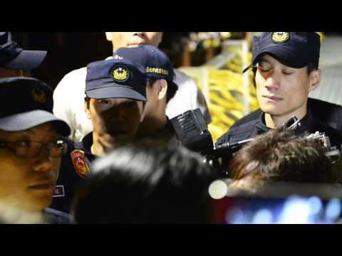 Taiwan's riot police deported media reporter 1