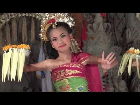 Tari Pendet - Legong Dance in Ubud Bali Indonesia