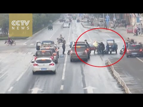 Driverless tricycle rams into five cars in Baoshan city, Yunnan