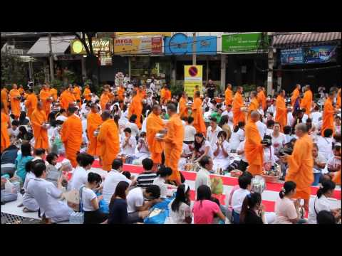 Thailand: Mass Alms Giving in Sukhumvit Soi 55 / Thonglor in Bangkok am 23.12.2012