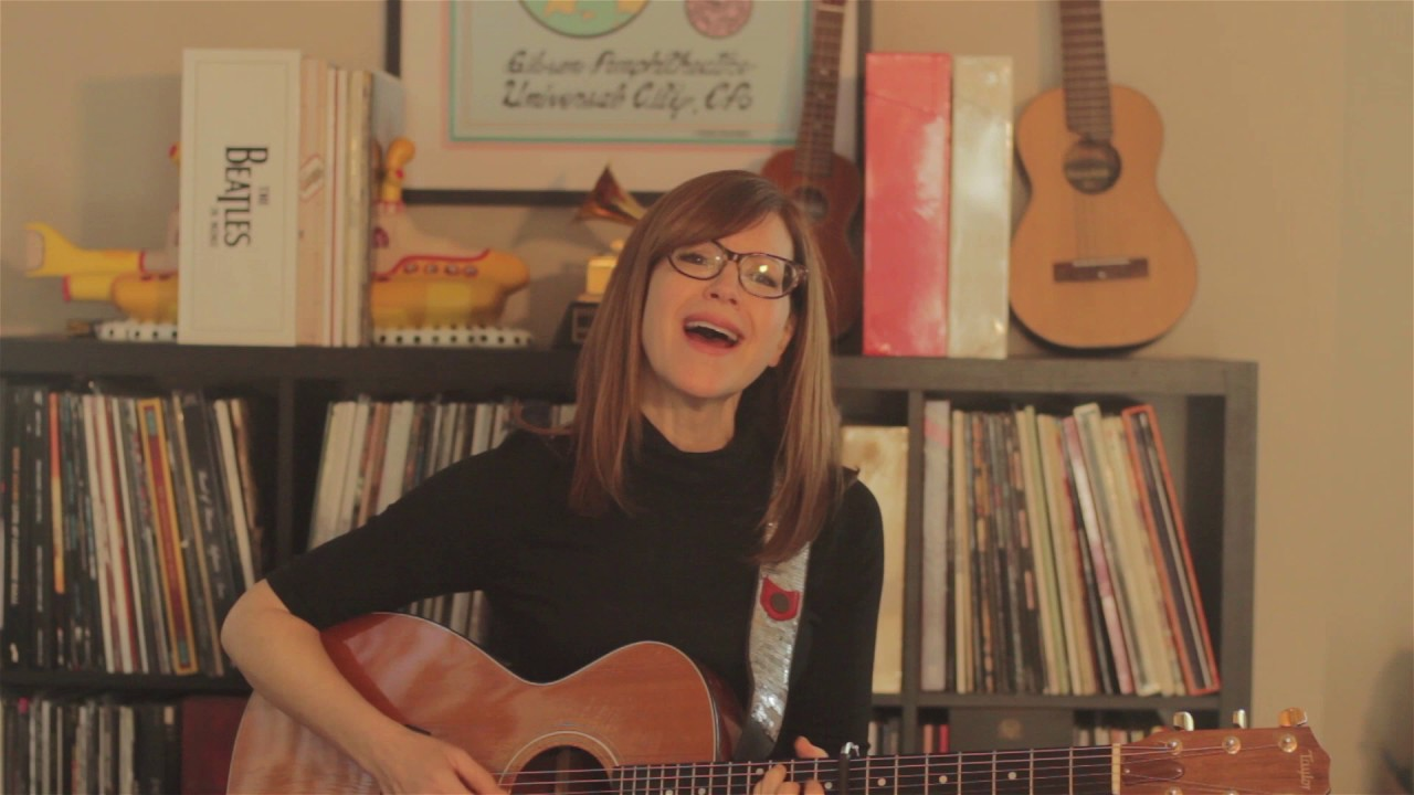"Lisa Loeb - ""Skeleton""のギター弾き語り映像を公開 新譜「A Simple Trick To Happiness」収録曲 thm Music info Clip"