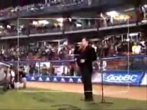 Raúl Sandoval cantando el himno Serie del Caribe 2009 Mexicali