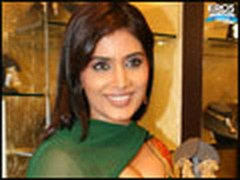 Sonali Kulkarni unveils new Gitanjali line Video