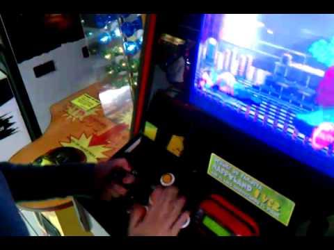 Fran destruyendo una m�quina arcade