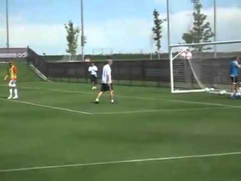 Futbol - Zinedine Zidane regatea a un portero entrenamiento