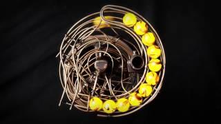 ガラス玉が彫刻を転がるアートがモダンでオシャレ過ぎな芸術作品