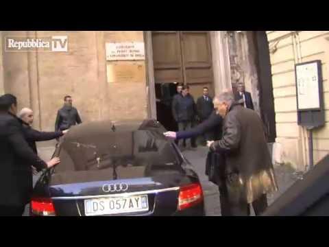 Incontro Renzi Berlusconi - Lancio di uova sull'auto di Silvio (18 Gennaio 2014)