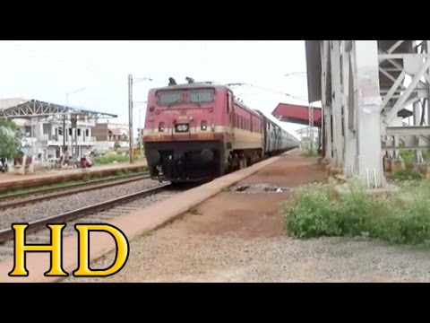 Mid Mounted Headlamp WAP-4 Accelerates With Late Running 12843 PURI - AHMEDABAD EXPRESS