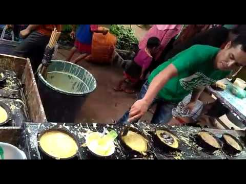 WAW,,,!!!! penjual skil dewa... gila 8 loyang masak sendirian.. klo ga prcya liat ja sendiri...