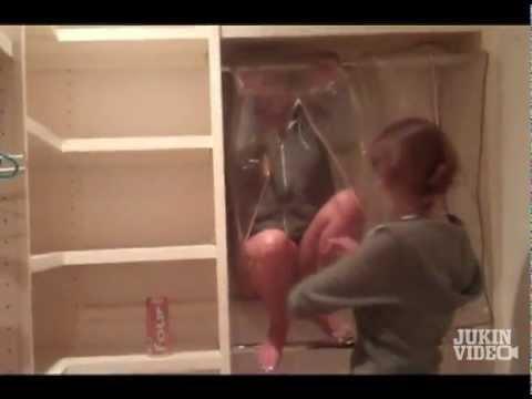 Chicas - Chica se mete en el armario
