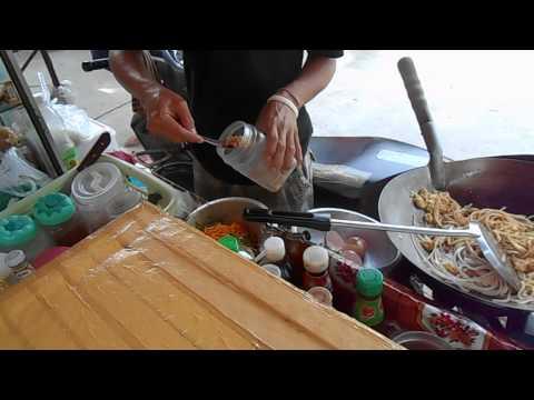 Таец готовит еду на макашнице. Пхукет. Таиланд.