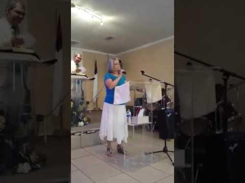 Iris Vega cantandole al Señor