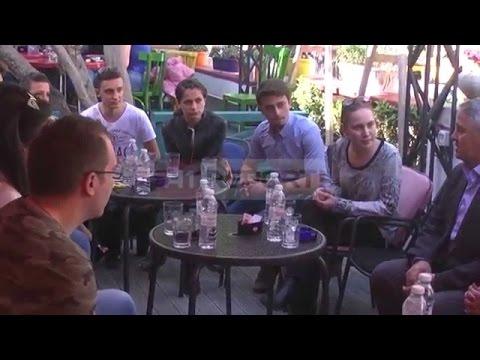 A1 Report - Kandidati i PD për Tiranën zhvillon takim me studentë, s'flet për mediat