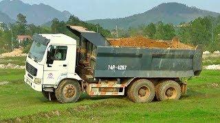 Bé xem máy xúc múc đất lên xe tải ben howo | Nhạc thiếu nhi : Xúc xắc xúc xẻ | Tientube TV