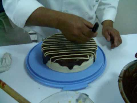 Chef Gabriel Decorando Pastel