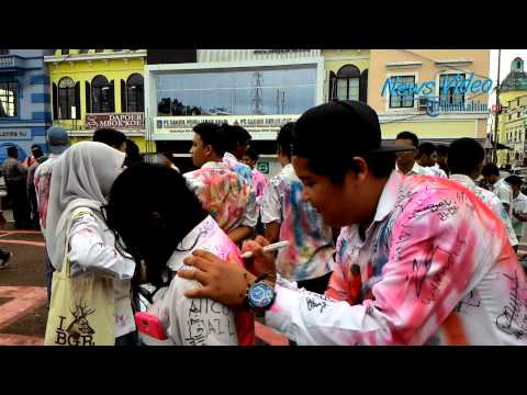 VIDEO Pesta Kelulusan SMA Dengan Corat Coret Baju Seragam
